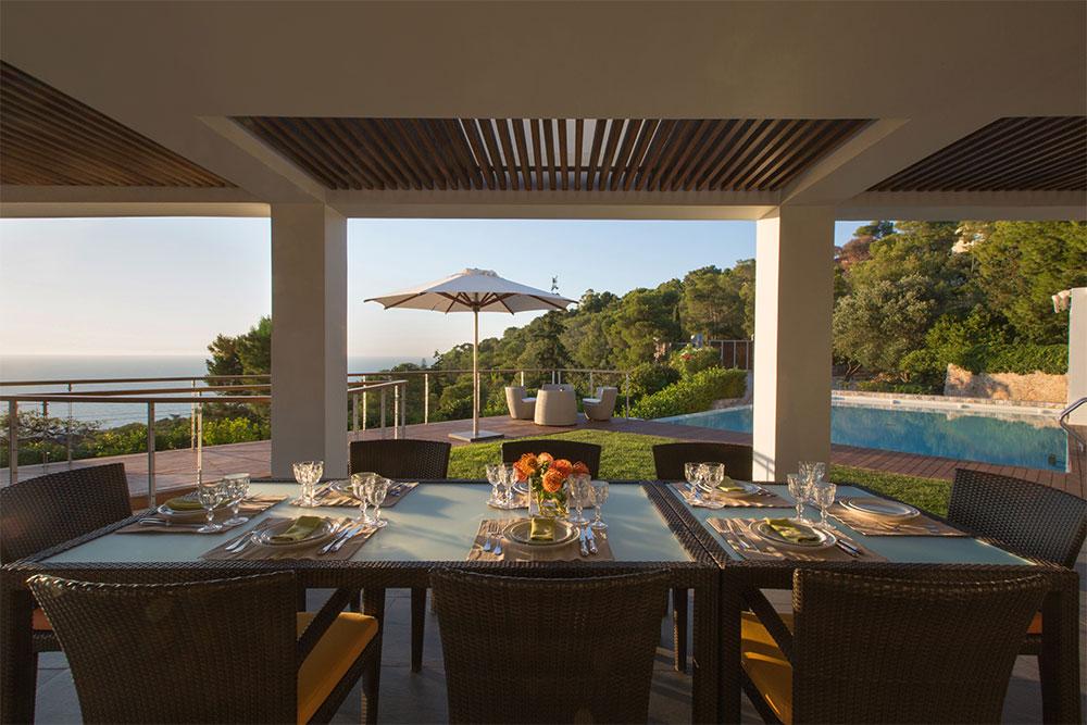 The outdoor dining table at Villa Terra Creta: Modular and extendable