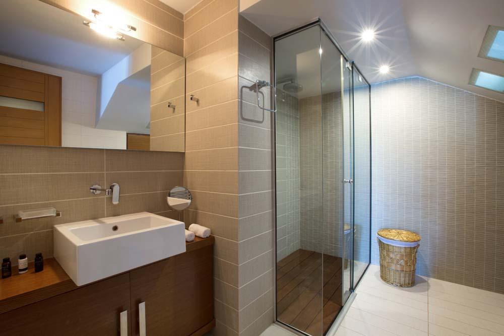 En suite bathroom of the double bedroom on the ground floor