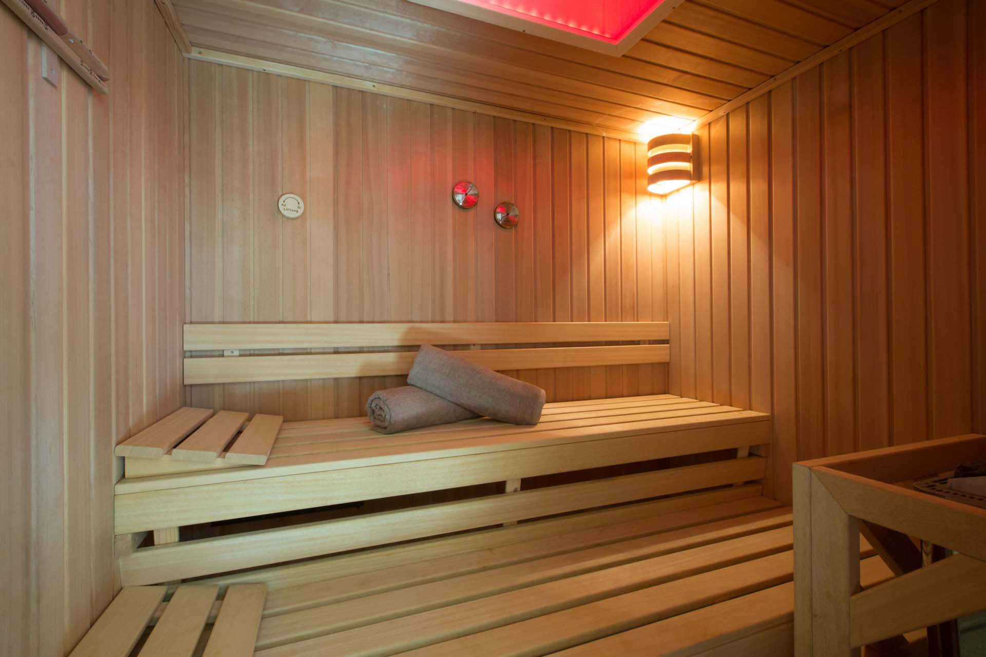 Scandinavian sauna for4-6 people with color therapy